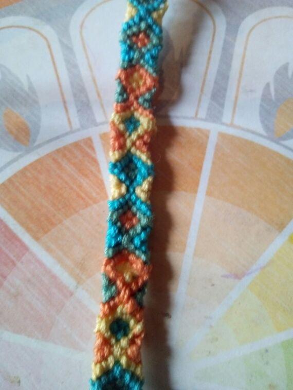 Voila un autre bracelet bresilien celui ci et un modele tapiserie qui pourra etre reffet avec les couleur de votre choix