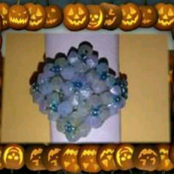 Voici une petite bague tout en perle bleu