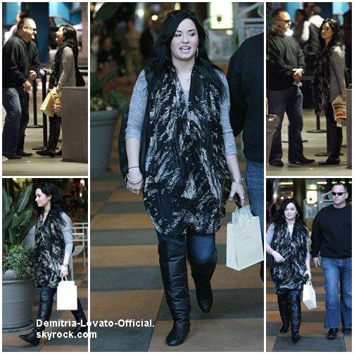 30 Janvier 2011: Candids  Demi fait du shopping a Los Angeles, CA