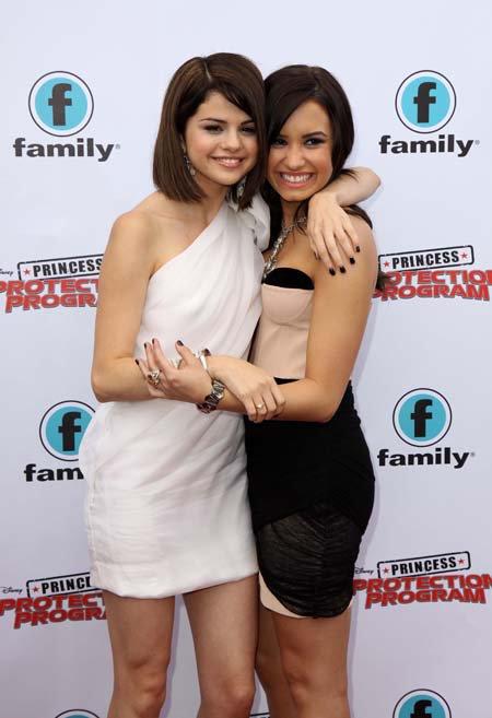 Demi et Selena  dans Vampires Diaries                                                                                         5/03/2011