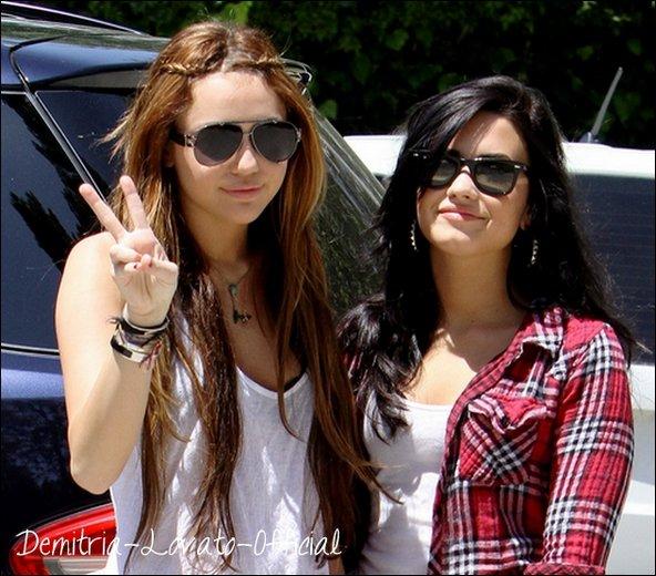 25 Avril 2010 Candids: Demi a était vu quittant la maison de son ex boy-Friend Joe Jonas a Toluca Lake avant de passer l'après-midi avec sa meilleur ami Miley Cyrus en Californie.