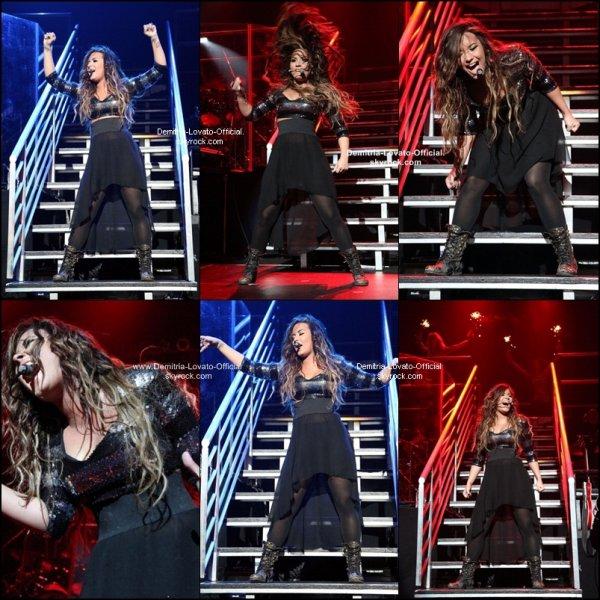 17 Septembre 2011   Candids   : Demi ses rendue a son tout premier concert de sa sorti de sa cure a New-York, NY