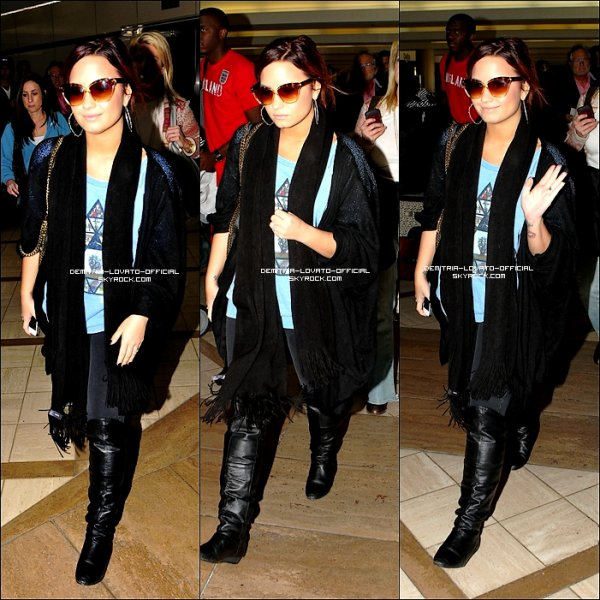 ". 14.11.2011 : Demi a était apercu arrivant a l'aéroport de Lax Los Angeles,CA La tournée de Demi Lovato  "" A Special Night With Demi Lovato "" Commence a Detroit.  ."