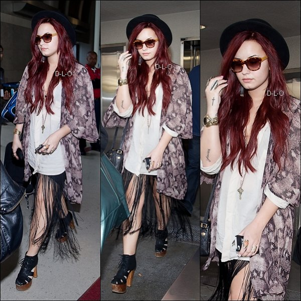 .17.12.2011: Demi a était vue a l'aéroport de L'AX a Los Angeles, CA    .