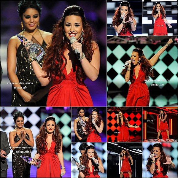 .11.01.2012 Demi était a la cérémonie des « People's Choice Awards 2012 » a Los Angeles,CA   Demi a remporter l'awards  de « FAVORITE POP ARTIST » face a Lady Gaga, Beyoncé, Katy Perry et Rihanna . .