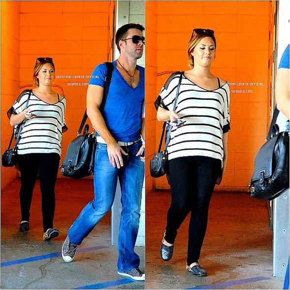 """.24.02.2012 Demi est allée a la bibliothéque avec un ami à Los Angeles,CA 24.02.2012 Demi est allér dejeuner avec un ami a """"Il Fornaio"""" à Beverly Hills,CA ."""