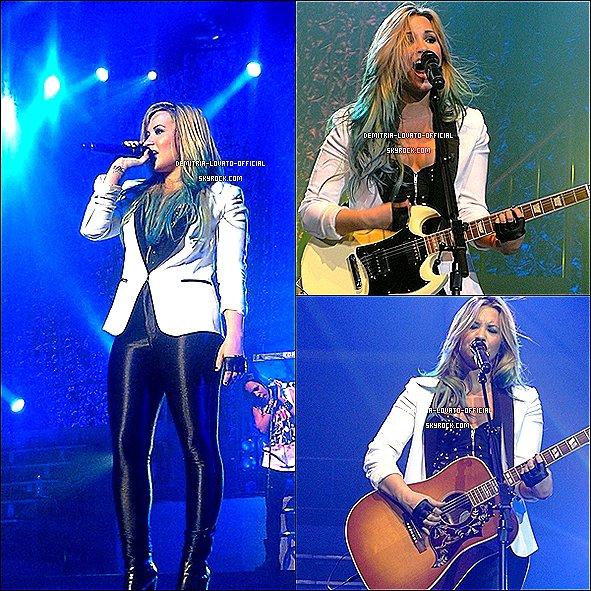 -20.07.2012 Demi avec des méches Bleu a chantait au « Festival Endfest » de Sacrémento, CA -