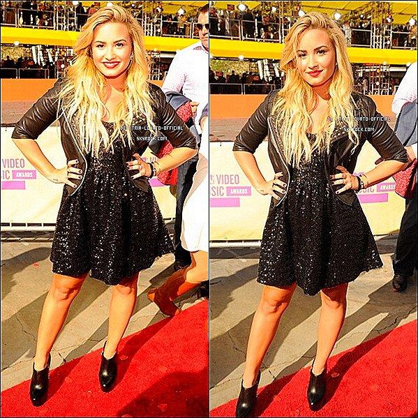 -06.09.2012 : Demi Lovato était présente a la cérémonie des MTV  Vidéo Music Awards à LA Demi a remis un prix et a remportée l'awards de Meilleure vidéo avec un message avec Skyscraper -