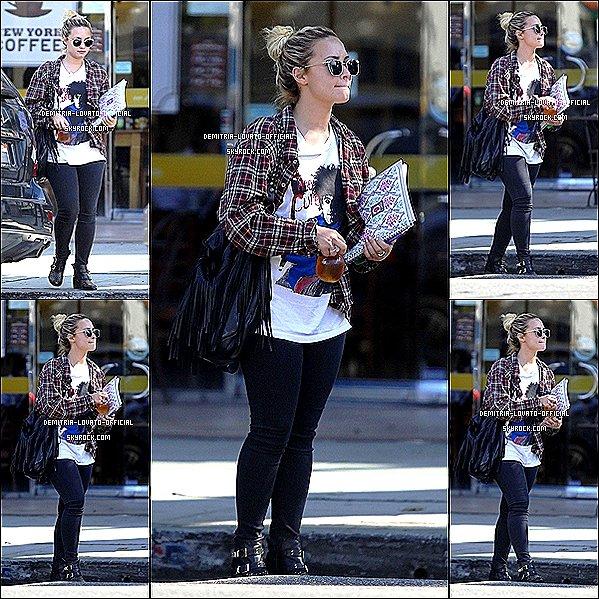 -12.09.2012 : Demi Lovato à était vue se promenant dans une rue de Los Angeles, CA -