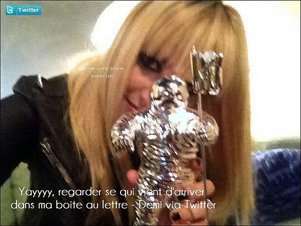 -07.10.2012 : Demi est en couverture du magazine Teen Vogue pour le moi de Novembre 2012 -