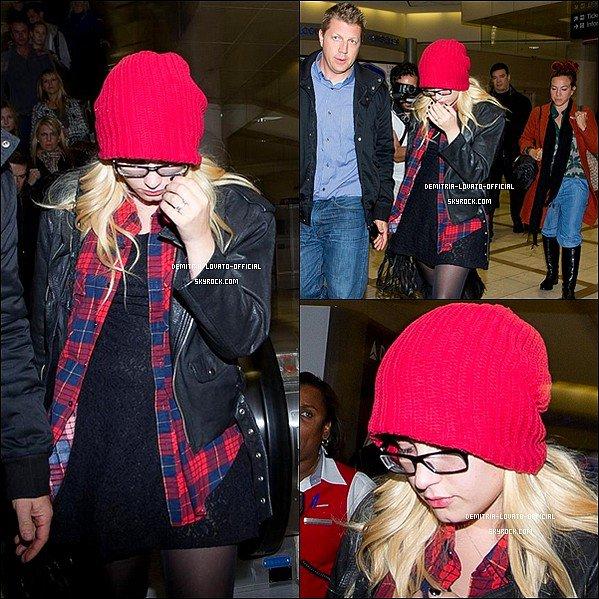 -29.10.2012 Demi a était vue quittant l'aéroport de L'AX Los Angeles après son séjour a Détroit -