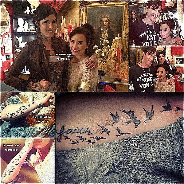 """-   Demi Lovato était au studio High Voltage pour faire un nouveau tatouage à Los Angeles  Le tatouage et constituée de 12 oiseaux qui part de """" Faith"""" jusqu'à """"Stay Strong"""", il a était fait par la célèbre Kat Von D   -"""