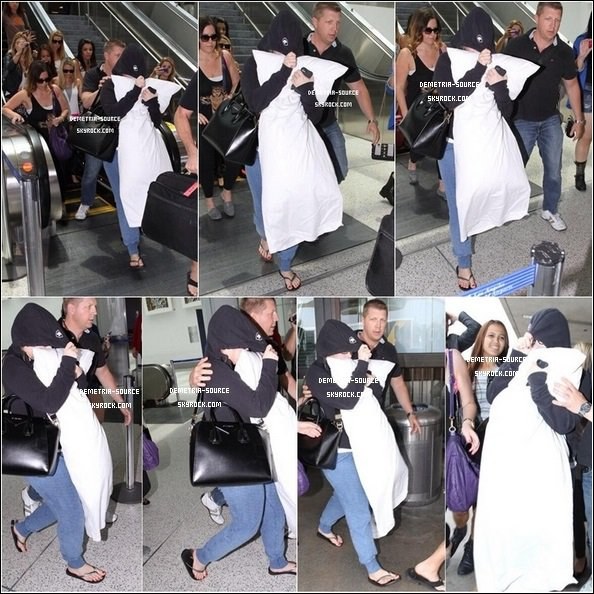 -02.07.2013 Demi malade et fatiguée, a vue à l'aeroport de Los Angeles, rentrant chez elle, CA  -