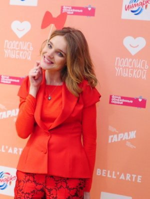 Natalia Vodianova enceinte : un baby bump caché dans un ensemble Louis Vuitton