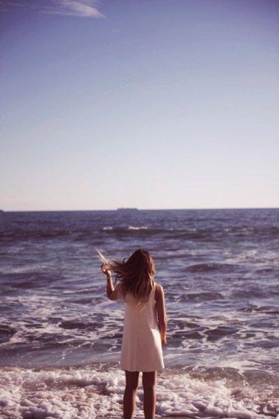 J'ai longtemps cru qu'un seul sourire suffisait à éclairer les c½urs, j'ai souvent pensé que les éclats de rire sécheraient mes pleurs et que mon courage me donnerait la force d'affronter mes peurs.