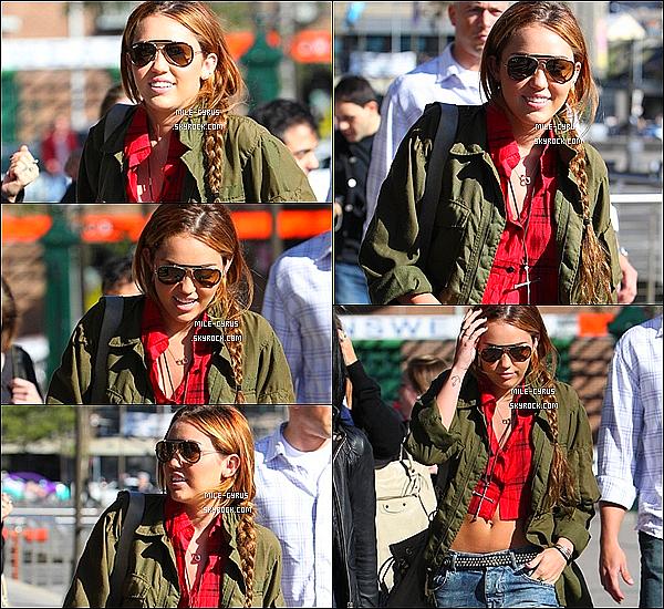 .  19JUIN2011_-__ MileyC à été vue se promenant dans les rues de Sydney en compagnie de Dénika en Australie. Enfin de bon et vrais candids. Puis tu aime la tenue ? Perso ce n'est pas mon style, et j n'adhère pas du tout.. Juste les lunettes de soleil. .