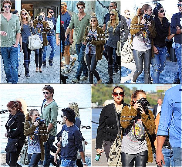 .  22JUIN2011__ Mile Ray Cyrus et sont troupeaux ont étés vus marchant dans les rues de Brisbane, en Australie. Et maintenant elle ne quitte plus Liam, sacrée Miley.. Tu aime la tenue ? Moi j'accorde un beau top, j'adore la tenue, même si c'est simple. .