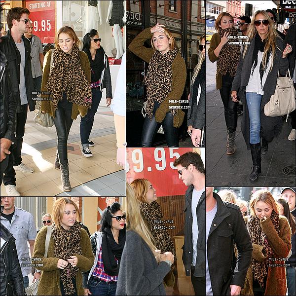 .  23JUIN2011__ Miley, sa mère, Liam et toute la troupe se baladaient sur Chapel Street à Melbourne en Australie. Miley était toujours aussi magnifique... Tu aime la tenue ? Tenue toujours aussi simple, moi j'aime bien, c'est un jolie top pour notre Mile. .