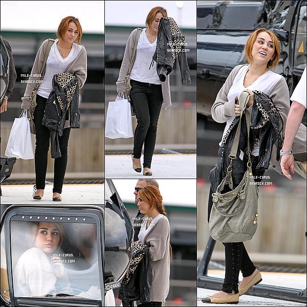 .  24JUIN2011__ Miley à été vue montant dans un hélicoptère avec sa maman et Liam pour se rendre à Melbourne. Et oui Miley , comme toujours avec sa maman et Liam... Tu aime la tenue ? Moi j'aime beaucoup sa tenue , simple et jolie à la fois. Un top.