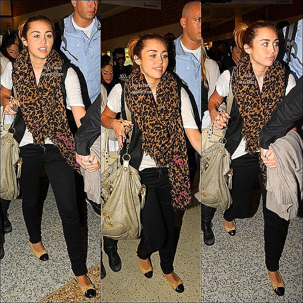 .  25JUIN2011__ Miley C. à été aperçue  arrivant à l'aéroport de Sydney en compagnie de Tish et Liam en  Australie. Une tenue très simple (avec les mêmes accessoires) mais jolie, j'aime beaucoup. Et puis maintenant elle ne le quitte plus du tout son Liam..