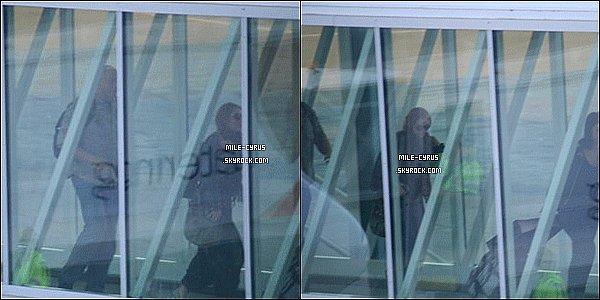 .  28JUIN2011__ Miley Ray Cyrus à été aperçue à l'aéroport de Sydney en Australie pour la direction de Adelaide.