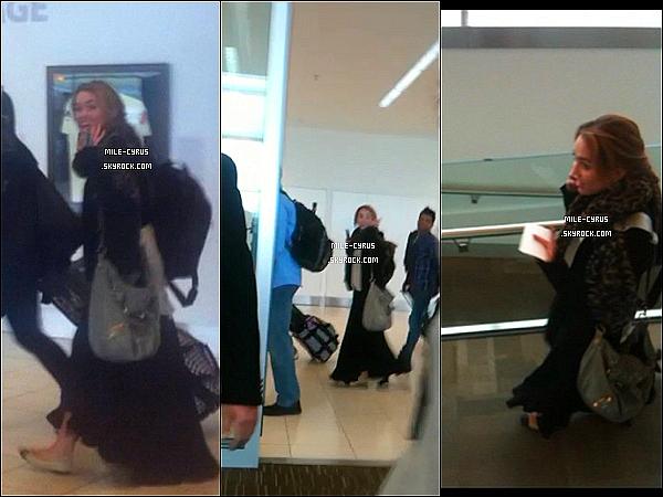 .  30JUIN2011__ Miley Cyrus à été aperçue à l'aéroport de Adelaide en Australie accompagné de sa maquilleuse.