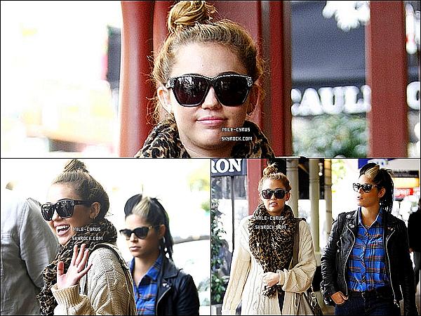 .  01JUILLET2011__ Miley Ray Cyrus à été vue allant déjeuner avec Dénika sur Rokeby Road à Perth en Australie.
