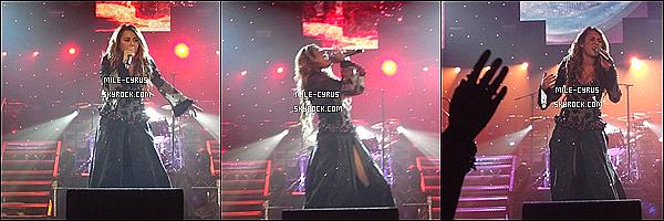 .  02JUILLET2011_-__ Miley Ray Cyrus donnant une performance à Perth avec son Gypsy Heart Tour en Australie. Oui, je recommence entièrement mon blog puisqu'il me plaisait plus, et tu aimes les photos de Miley C ? Tu aurais voulu y être ? Moi oui.. .