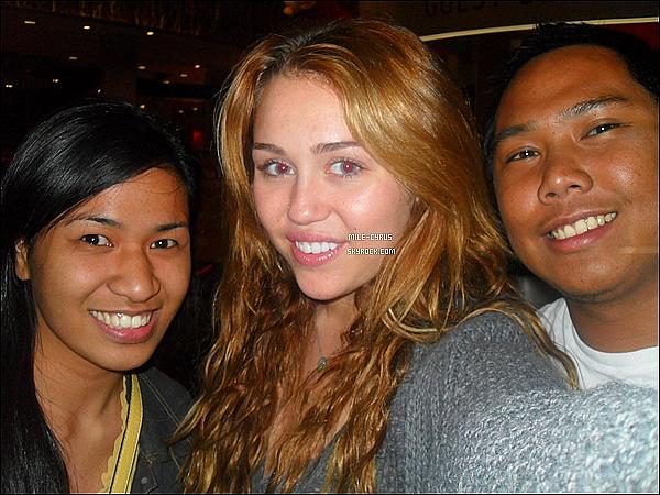 .  07JUIN2011_-__ Une fan pose avec Miley Cyrus alors qu'elle se rendait au cinéma à AMC CityWalk en Californie. Une seule photo perso disponible pour le moment.. J'espère par la suite avoir le candids de cette sortie ! Sinon, tu aime la photo de Mile ? .