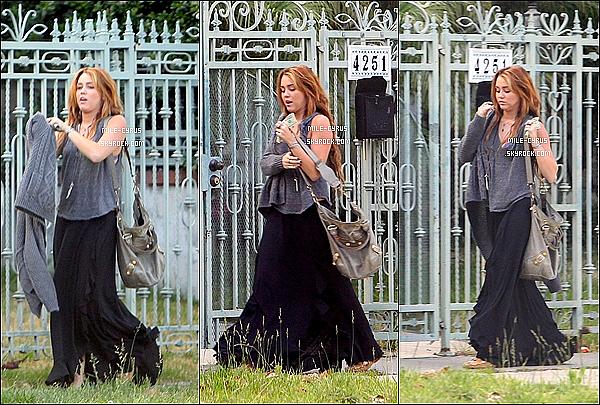 """.  09JUIN2011_-__ Miley a été photographiée avec Liam Hemsworth, devant la maison de celui-ci à Beverly Hills J'ai envie de dire """"enfin"""". Et désolé pour les photos de très mauvaises qualités puis j'accorde un beau flop à miss Miley Cyrus.. Et toi ? ."""
