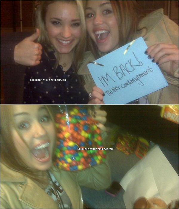 . Miley de retour sur TWITTER mais .. pas sur son twitter « @mileycyrus » !  . Effectivement, en octobre 2009 la jeune star Miley Cyrus a décidé de supprimer son compte twitter @mileycyrus. Elle qui était, pourtant si « accro » à twitter (un site qui permet de discuter avec vos amis et d'autres personnes, gasouillis en français). Une fan avait même décidé de menacer Miley en disant qu'elle allait mettre son chat à la casserole article correspondant. Miley décide désormais de tweeter sur le twitter de sa co-star Emily Osment (@emilyosment). Pour savoir TOUTE l'histoire va sur cet ARTICLE et cet ARTICLE !   .