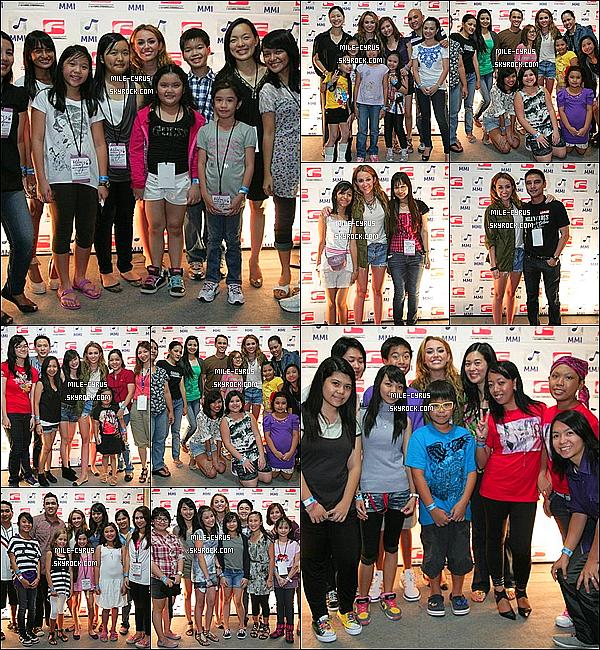 .  17JUIN2011_-__ Juste avant son concert à Manilla aux Philippines, Miley C a pris plusieurs photos avec ces fans. La tenue reste très simple mais super jolie je trouve, puis j'adore énormément les ballerines qu'elle porte. Et toi tu aime ? Oui ou Non ? .
