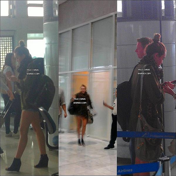 .  17JUIN2011_-__ Miley Cyrus a été aperçue à l'aéroport de Manila aux Philippines pour la direction de l'Australie. Les photos sont de très mauvaises qualité et je m'en excuse, et puis il y a que trois photos disponible pour le moment.. Tu aime la tenue ? .