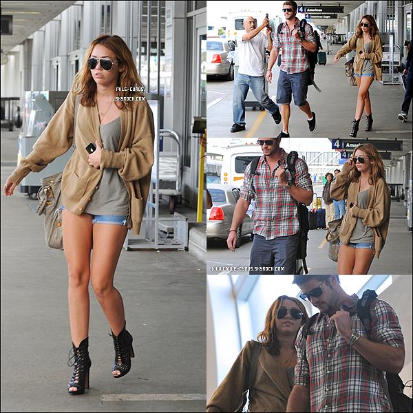.   Mardi 21 septembre : Liam et Miley revenant de Nashville sont de retour à l'aéroport de Los Angeles : LAX.    .