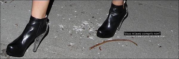 .   Jeudi 30 septembre : Miley en mode vulgaire quittant une boite de nuit où à eu lieu une fête à Hollywood.    .