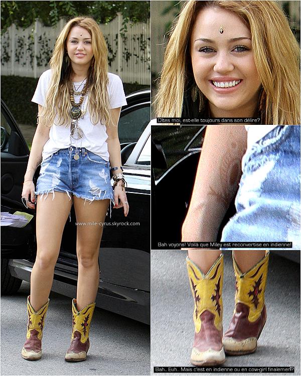 .   Samedi 23 octobre : Miley encore seule, sortait de sa belle voiture à Toluca Lake. Copier/coller de ce candid?  .