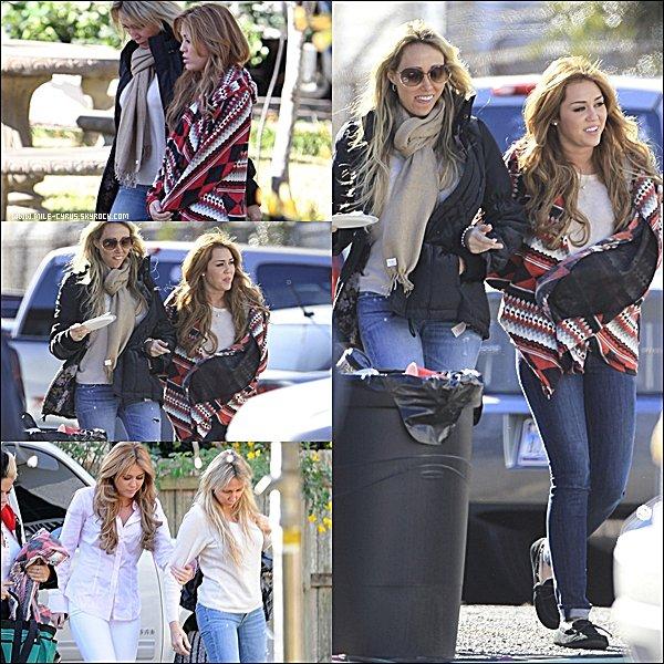 . Mar. 14 décembre : La mère de Miley l'a rejoint sur son tournage de «So Undercover». .