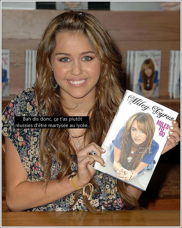 . . Miley Cyrus petite terreur du lycée? Une ancienne camarade de la star va bouleverser nos esprits.. . Pour tout ceux qui on lu le livre (dont moi) que Miley a  écrit « Miles To Go » où la jeune star décrit la vie qu'elle avait avant d'être célèbre. Dès la sortie du livre, celui-ci a subit quelques mauvaises critiques dont celles du groupe phénomène RadioHead qui avait confié dans une interview : « Miley Cyrus a écrit un livre? C'est la meilleure! Qu'est-ce qu'elle va raconté? Elle n'est qu'une enfant! » le groupe l'aurait également ignorée pendant une cérémonie des Grammy Awards où Miley furieuse a confié : « Je suis partie parce que j'étais trop énervée. Je n'allais pas les regarder... Je vais les détruire, je vais le dire à tout le monde. » Revenons au livre, la star dedans racontait qu'étant au lycée des filles l'a persécutait car elle était la fille de Billy Ray Cyrus et que les filles étaient fortes et grandes et qu'elle était frêle et toute maigre. Les propos de Miley dans son livre : « Elles ont commencés l'opération groupe anti-Miley et elles m'ont prises ma seule amie, elles ont étés jusqu'à m'enfermer dans les toilettes de l'école! Elles auraient vraiment pu me faire de graves blessures. J'étais prise au piège. Je cognais tellement fort contre la porte pour qu'on me libère que j'ai saigné des poings. Mais personne n'est venu. Pour moi c'est comme si j'étais restée une heure enfermée là-dedans à demander au Ciel ce que j'avais bien pu faire pour mériter ça. » . Mais une ancienne camarade de Miley, Nicole Mullen-Holm n'est pas de cette théorie et va jusqu'à dire que la star a tout invité! « Miley est une menteuse qui persécutait les filles et se comportait comme une vraie garce avec tout le monde. Je suis choquée que Destiny, enfin je veux dire Miley, ait écrit un livre à propos de son expérience de victime alors qu'elle était le tyran de notre école ! Bien que nous étions amies, c'était une chipie. Je la connais depuis la CP et lorsque nous sommes entrée