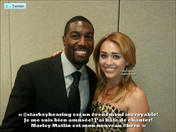 . Lundi 24juillet, Miley s'est rendue comme prévu au « So The World May Hear Gala » avec.. son chien   %). .