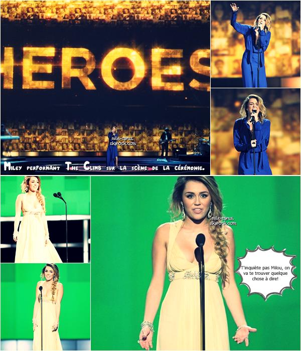 .  Dimanche 11 décembre : Miley et son copain Liam Hemsworth étaient aux CNN HeroesAllStarTribute au Shrine Auditorium LA.  . Suis-je la seule à penser que Miley était d'une telle beauté dans cette robe jaune canari? Je la trouve tellement jolie et dotée d'une classe naturelle. Franchement, congratulations MC! Suite à ce décolleté des plus plongeants, toute la presse à scandale scande que Miley se serait fait refaire la poitrine. Faux! Notre diva préférée nie l'affaire en citant sur son twitter :  « Ces seins, ce sont bien les miens! Et j'ai 19ans, à 19ans les seins ça pousse! » Drôle la Cyrus! En tout cas, elle les montre plus qu'avant..    .