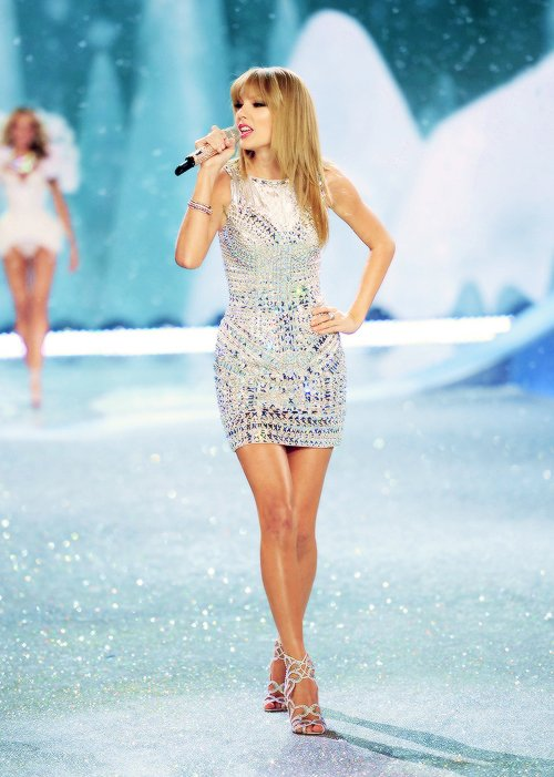 13 Novembre : Taylor était présente au Victoria's Secret Fashion Show, à New York, où elle a d'abord chanté My songs know what you did in the dark avec Fall Out Boy et I Knew You Were Trouble, seule. J'adore ses 2 robes, surtout la noire, elles sont superbes !
