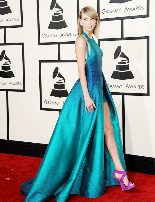 08 Février : les Grammy Awards 2015 ! Taylor s'y est rendue dans une robe signée Elie Saab et a présénté l'award du Meilleur Nouvel Artiste qui est revenu à Sam Smith.
