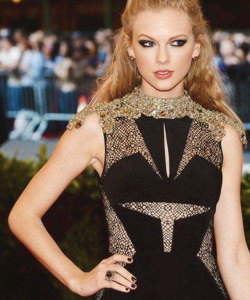 Le  6 Mai Taylor est allée au Costume Institute Gala à New York. Le thème de la soirée était le Punk.J'aime beaucoup sa robe, je la trouve très jolie :)