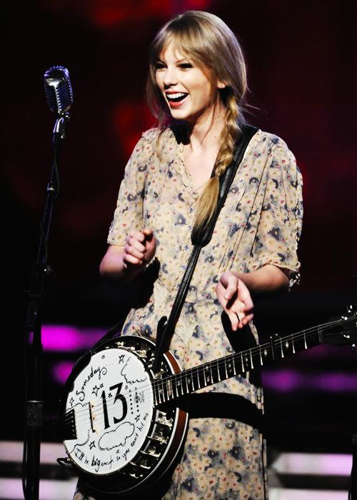 FLASHBACK - La 54ème cérémonie des Grammy Awards s'est déroulée le 12 Fevrier 2012. Taylor s'y est rendue, splendide, et a reçu les prix suivants : Best Country Song et Best Country Solo Performance - tous les deux pour sa chanson Mean !  :)