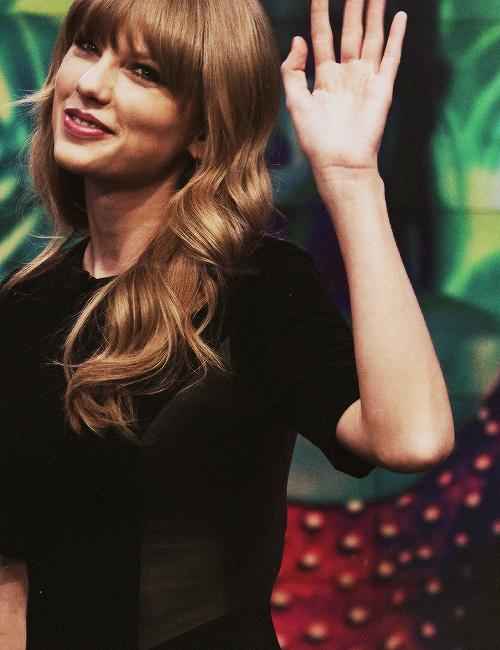 """Taylor pose en tant que Raiponce pour """"Dream Portrait"""", une publicité pour les parcs Disney."""