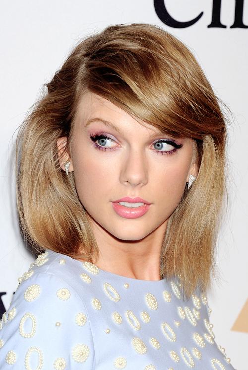 07 Février au soir : Taylor s'est rendue aux pre-Grammy Awards, à Los Angeles.