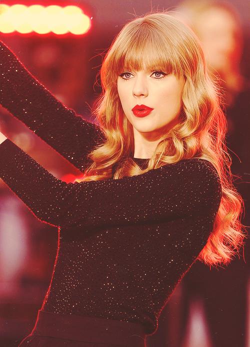 FLASHBACK - Le 23 Octobre 2012 Taylor était à Good Morning America et a donné un petit concert. Les photos sont superbes !