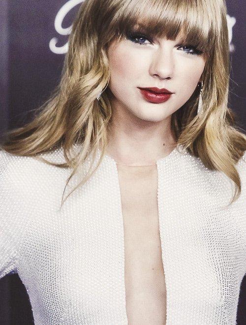 """Le 24 Janvier : Taylor était aux """"Premios 40 Principales"""" à Madrid ! Elle a chanté Love Story et We Are Never Ever Getting Back Together. Elle a aussi remporté le prix d'Artiste de l'année ! Pour moi c'est un top, et toi qu'en penses-tu ?"""