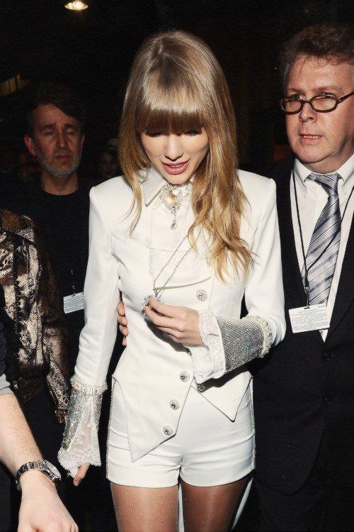 Le 10 Février avaient donc lieu les Grammy Awards ! Big top, j'adore la robe de Taylor ! Cette fille est magnifique x) Elle n'a rien remporté face à Gotye mais sa prestation était géniale !