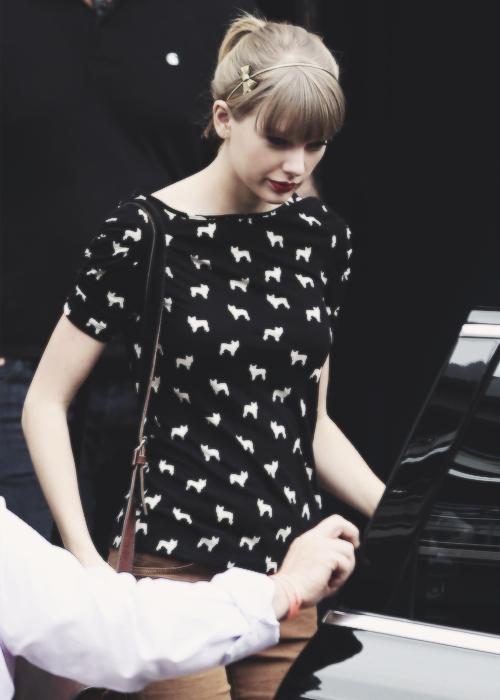Le 27 Novembre Taylor s'est rendue à une station de radio à Sydney.